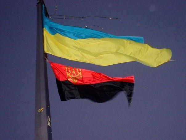 В отдельные праздники возле Киевсовета и РГА могут поднимать флаг ОУН / фото opir.info