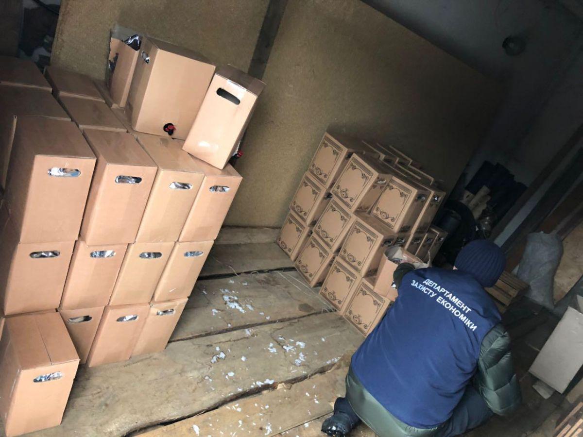 Найдено 7 складских помещений, где изготавливали коньяк и водку под видом известных марок / фото прокуратура Житомирской области