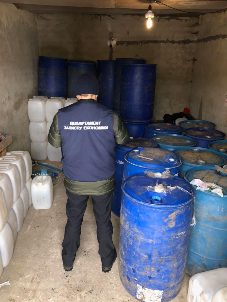 Изъято 2,4 т спирта, 3,6 т готовой ликеро-водочной продукции / фото прокуратура Житомирской области
