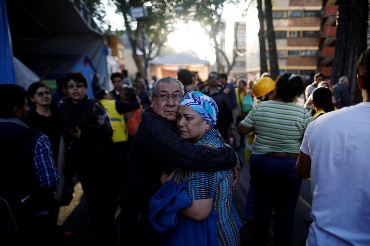 Люди во время землетрясения вышли на улицы / REUTERS
