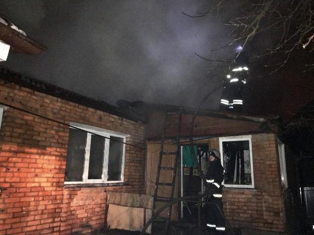 В Житомире четыре отделения огнеборцев ликвидировали пожар в жилом доме / фото ГСЧС Украины в Житомирской области