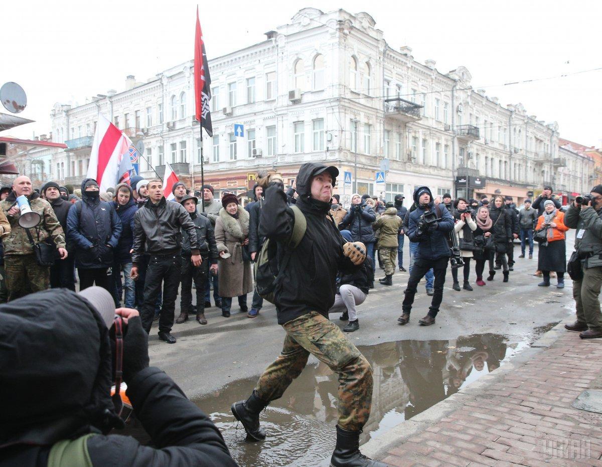 Участники акции бросали камни в здание Россотрудничества / фото УНИАН