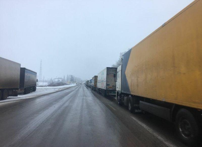 На Одесчине из-за непогоды образовался 4-километровый затор из фур / фото dpsu.gov.ua