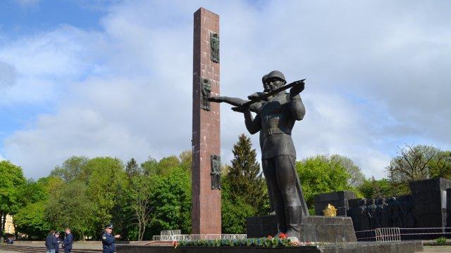 Стелу Монумента Славы во Львове демонтируют / фото ZAXID.NET