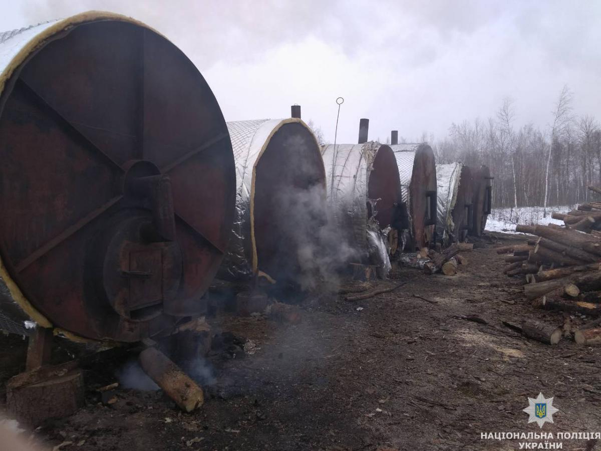 Шесть бочек для выжигания древесного угля полицейские нашли в лесном массиве / фото Нацполіції Житомирщины