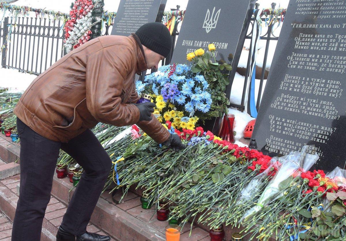 Люди несли квіти, свічки тапаперових янголів/ фото УНІАН