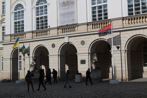 Перед львовской Ратушей впервые вывесили красно-черный флаг / фото ZAXID.NET