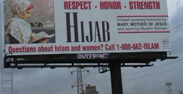 Посредством своих баннеров организация GainPeace поощряет вопросы немусульман о хиджабе / islam-today.ru