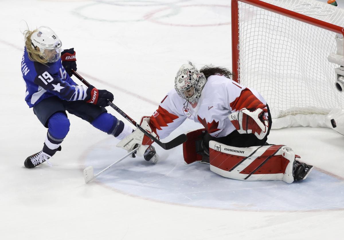 Сборная США прервала олимпийскую гегемонию Канады в женском хоккее / Reuters