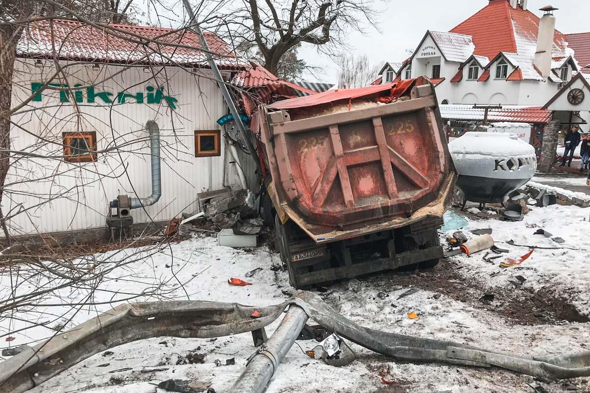 Под Киевом фура разнесла придорожный ресторан