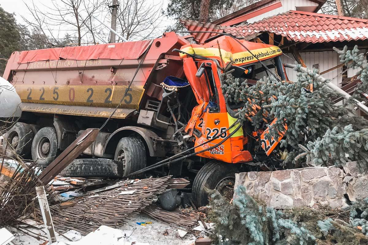 В итоге трагедии КамАЗ врезался вресторан под Киевом