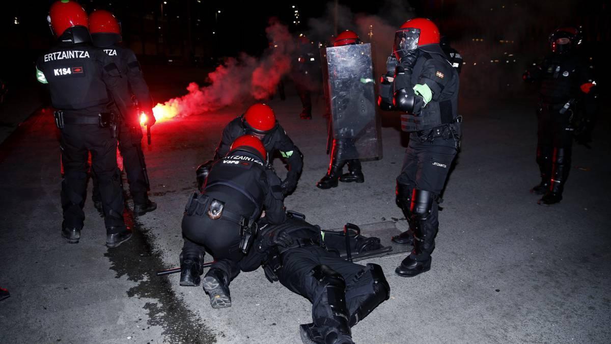В Бильбао российские фанаты устроили погромы, в результате скончался полицейский / AS