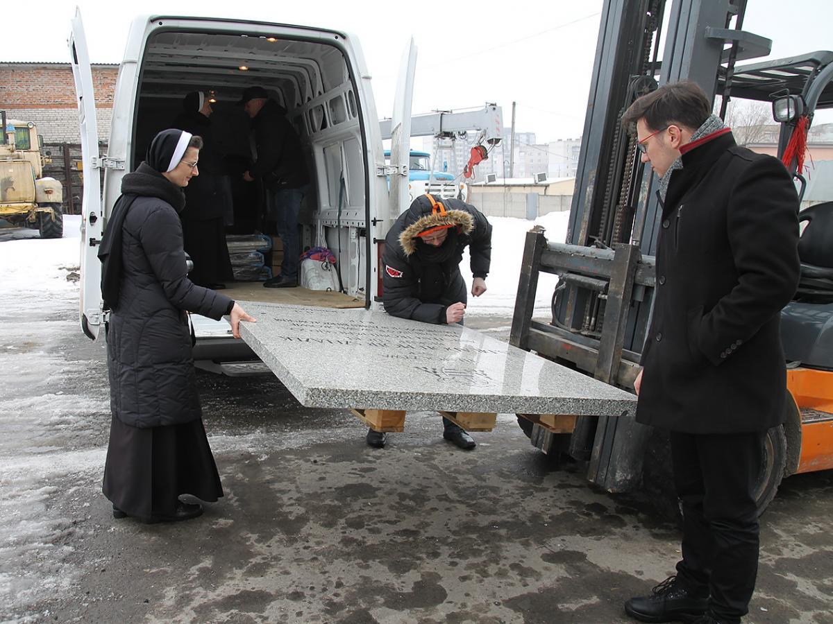 Тіло єпископа перемістили у спеціальний саркофаг, а плиту вирішили передати Луцьку / monitor-press.com