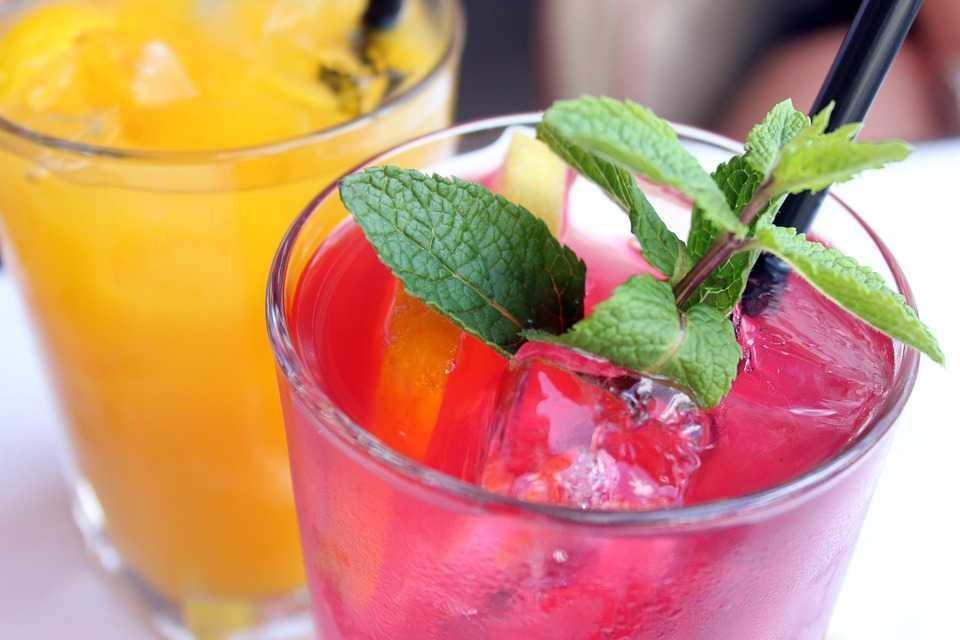 Ученые: Фруктовые напитки плохо влияют назубную эмаль