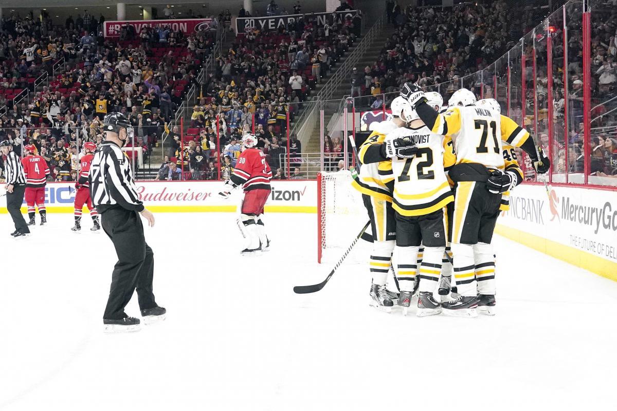 """Игроки Питтсбурга забросили шесть шайб в ворота """"Каролины"""" / Reuters"""