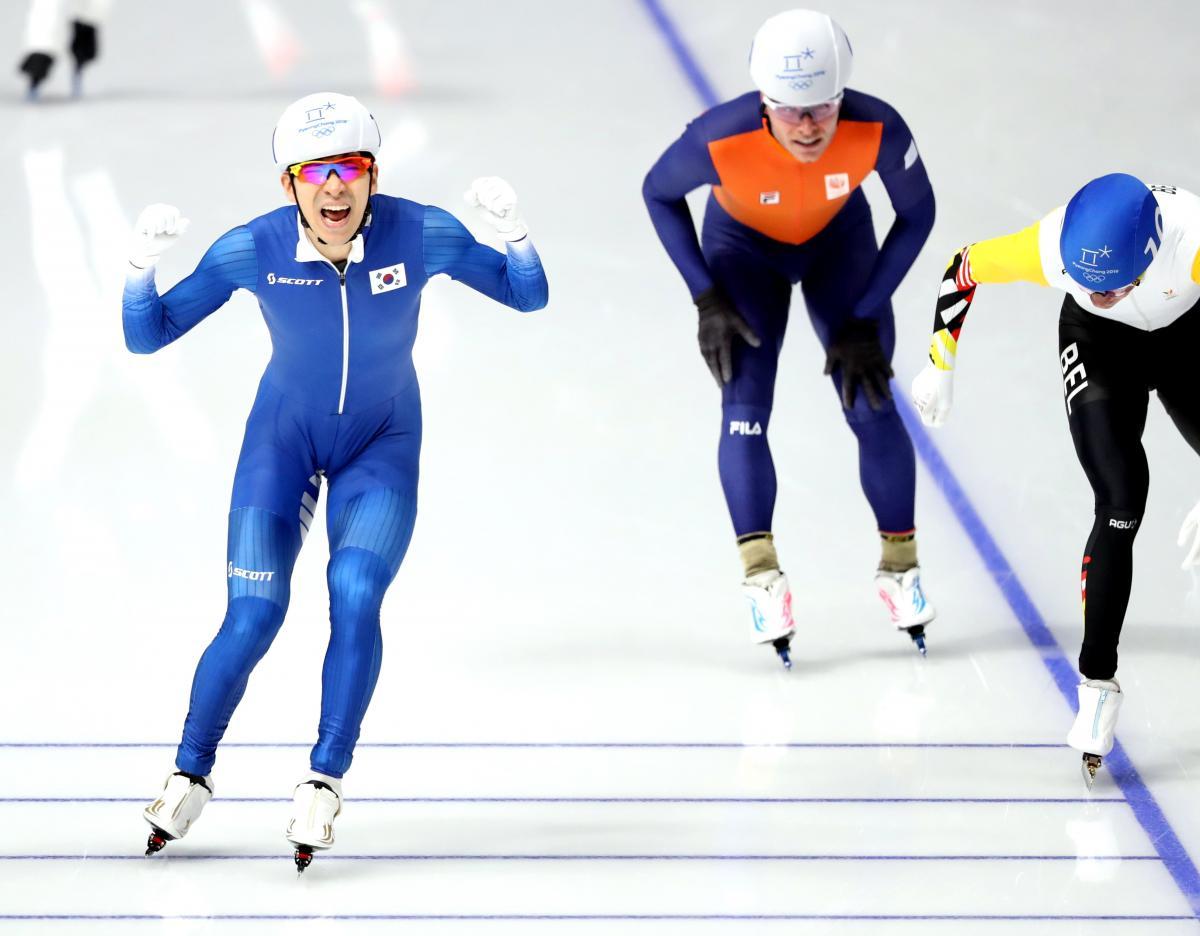 Кореец Ли выиграл олимпийский финал в конькобежном олимпийском масс-старте / Reuters
