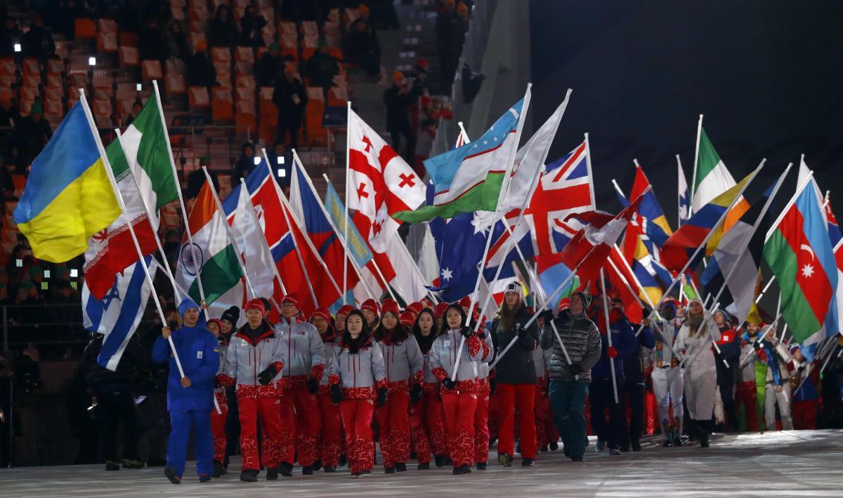 Парад флагов на церемонии закрытия Олимпиады / REUTERS