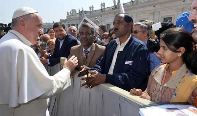 Фото: Папа вітається з родичами Асії Бібі під час загальної аудієнції 15 квітня 2015 / radiovaticana.va