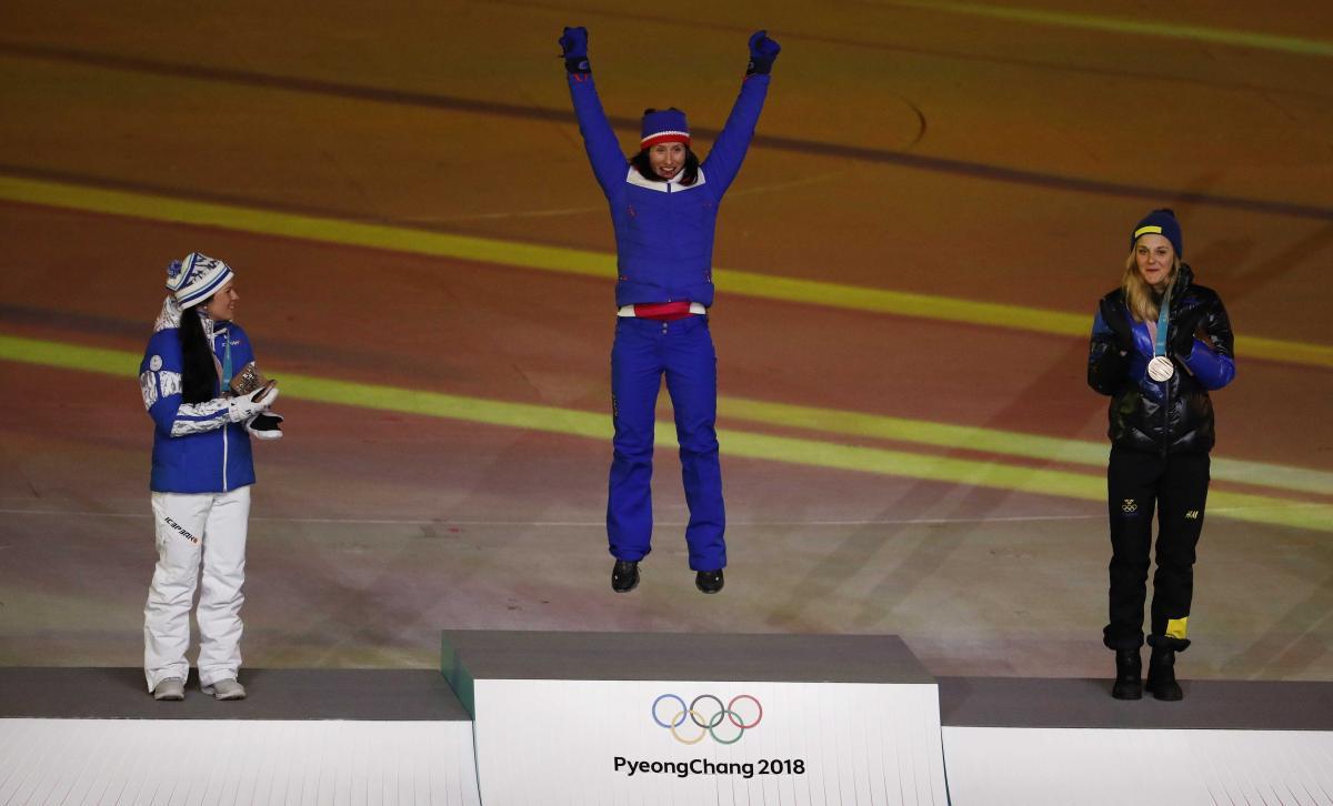 Марит Бьорген (в центре) стала самой титулованной спортсменкой зимних Олимпиад / REUTERS