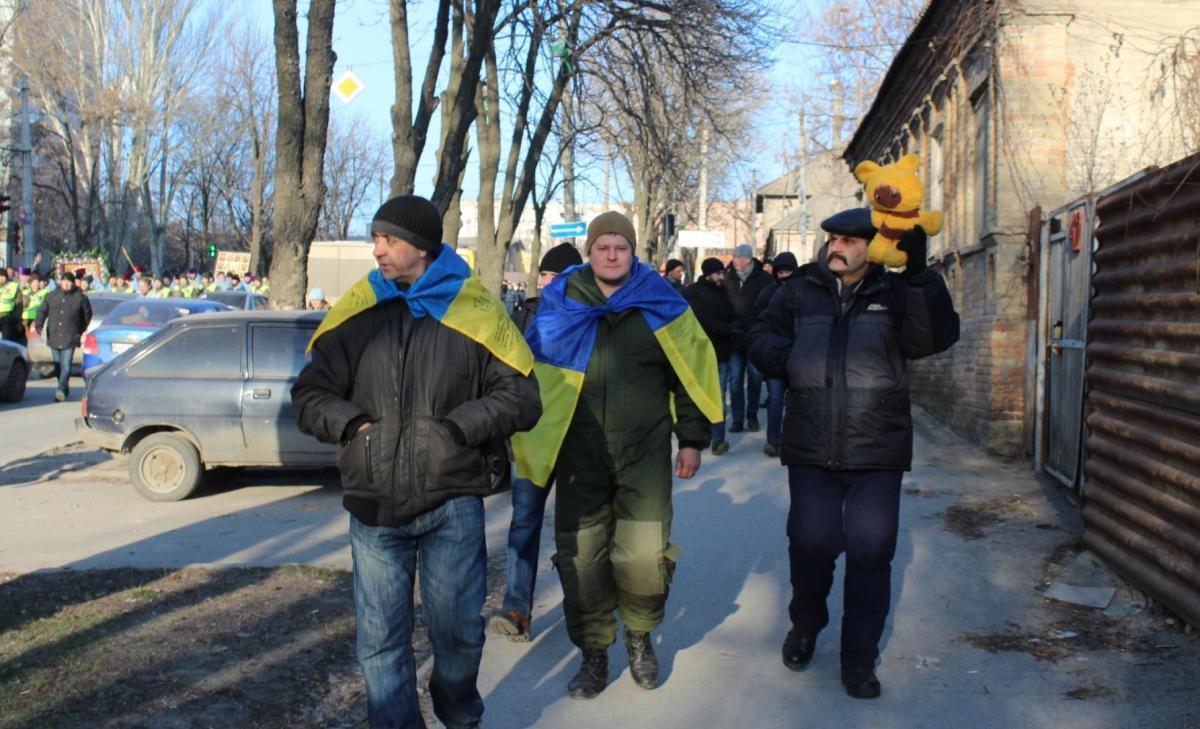 на шествие пришли несколько человек с украинскими флагами и детской игрушкой / 061.ua