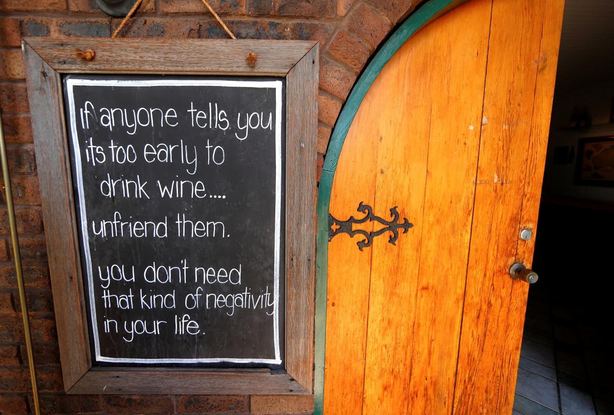 Табличка на входе в дегустационный зал винодельни Петерсона в Хант Веллей на севере Сиднея, Австралия / REUTERS