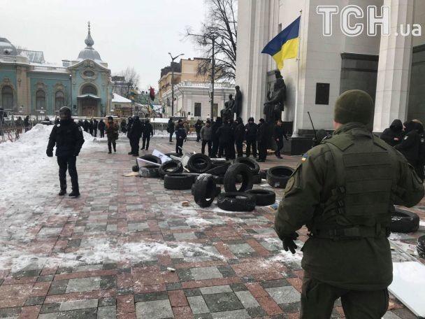 Несколько участников акции бросили в сторону правоохранителей дымовые шашки / фото ТСН.иа
