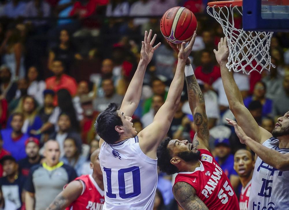 На игрока сборной Парагвая Перальту (№10) упа баскетбольный щит / fiba.basketball