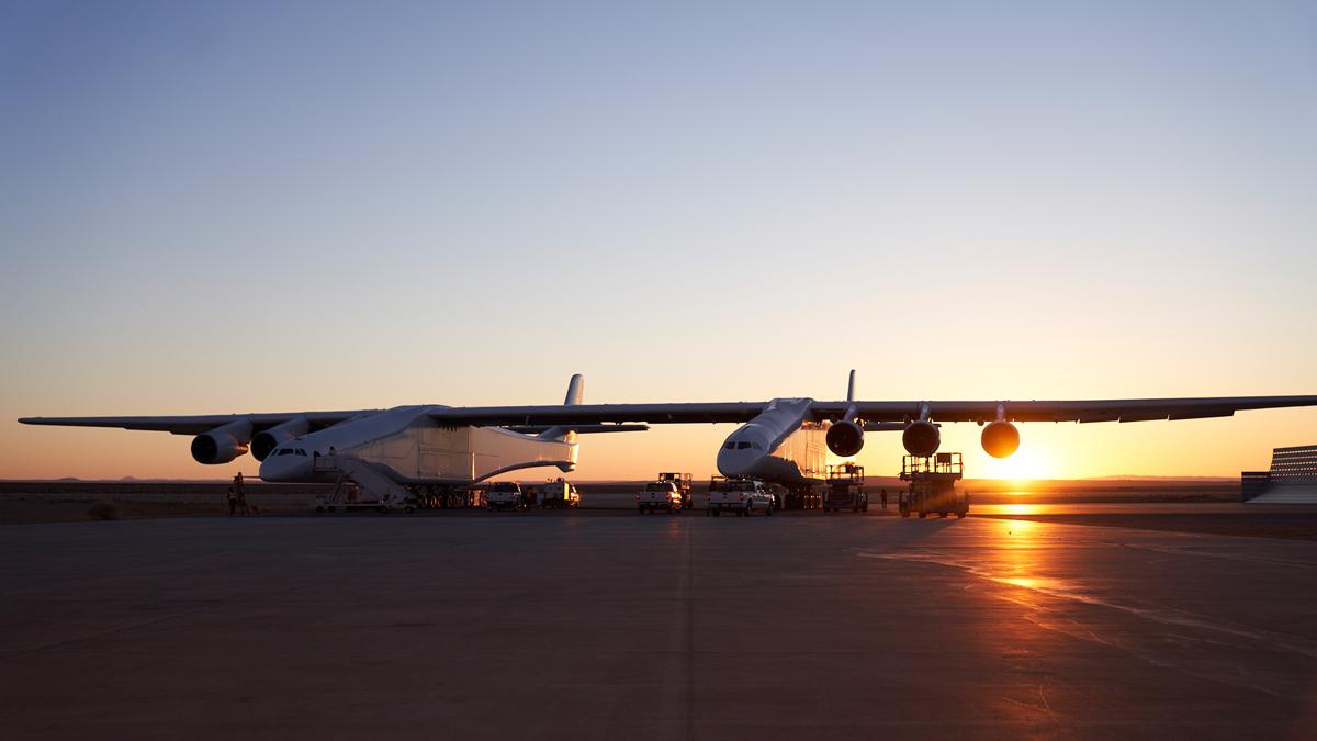 Перспективный самолет будет использоваться в качестве платформы воздушного старта / фото Stratolaunch Systems Corp.