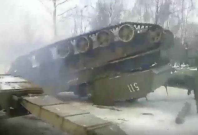 """Российские военные уронили САУ """"Акация"""" / скриншот - Youtube, ислам саипов"""