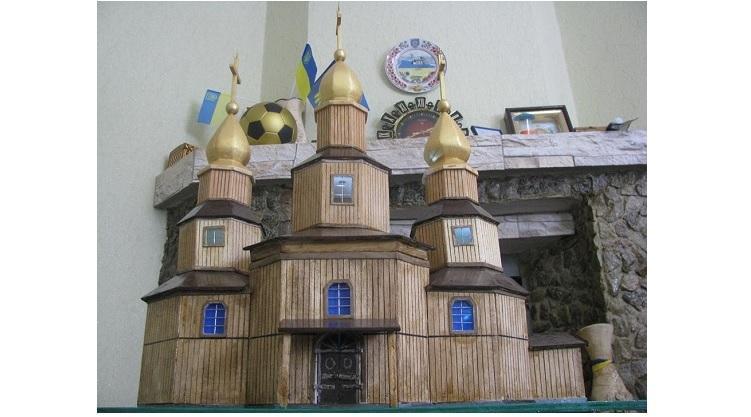 Мастер изготовил мини-копию казацкой церкви в Холодном Яру / cossackland.org.ua