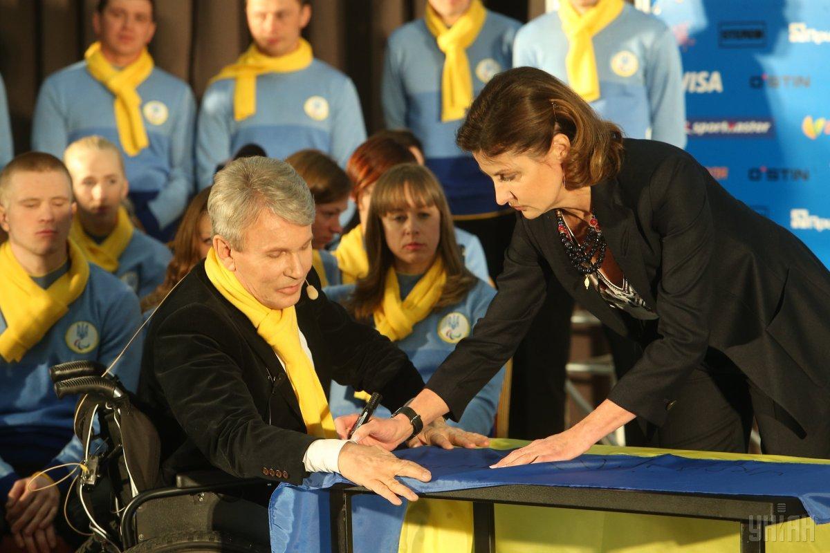 Марина Порошенко подписала флаг украинской паралимпийской сборной / УНИАН