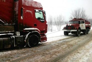 В Черниговской области спасатели освободили четыре автомобиля из снежных заносов