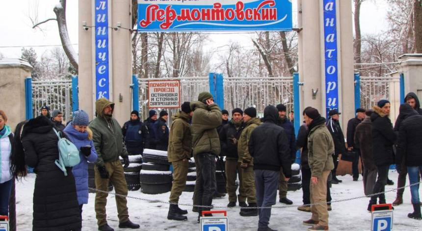 """В Одесі озброєні ломами й арматурою """"тітушки"""" захопили будівлю санаторію (фото)"""