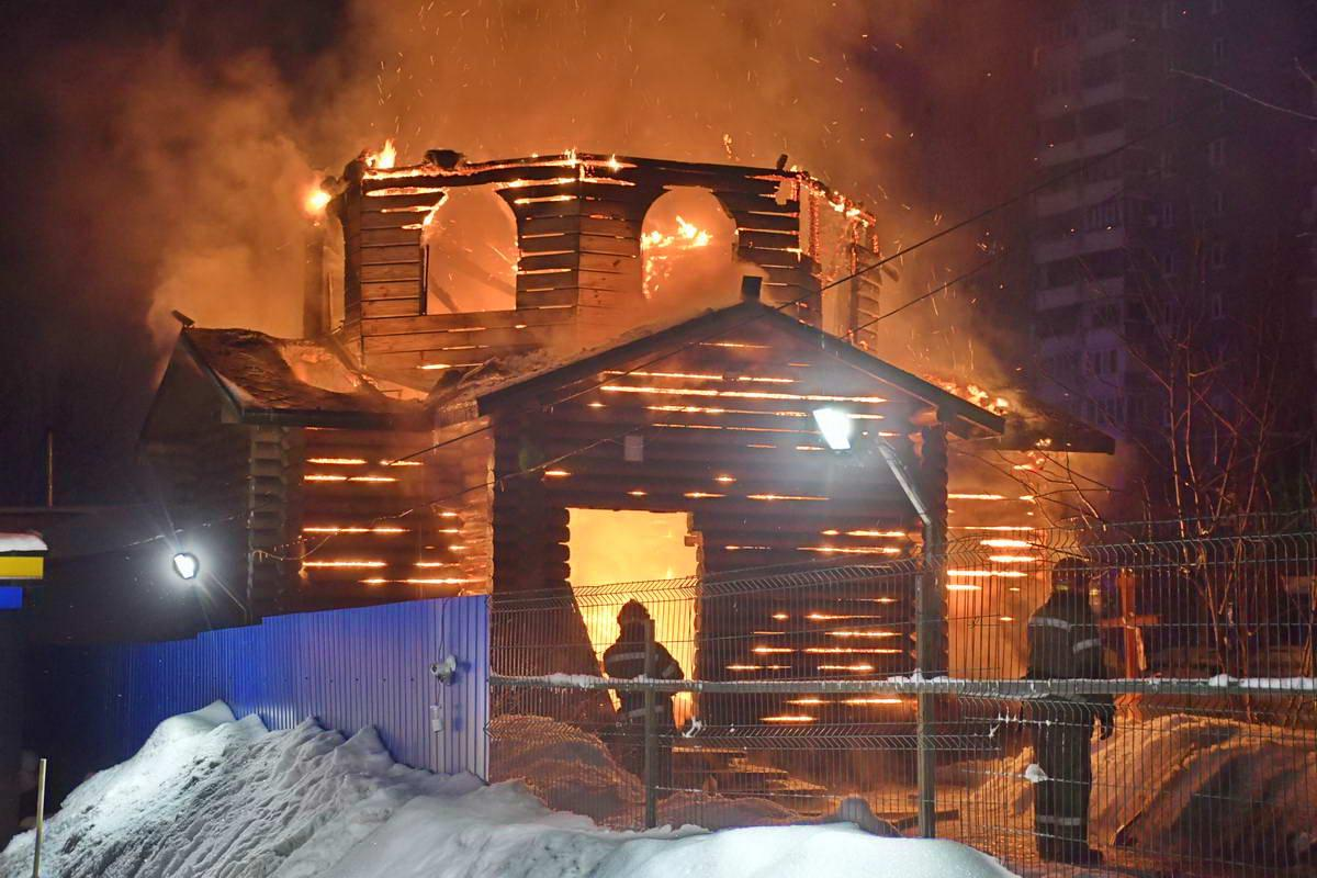 По словам очевидца церковь загорелась изнутри По словам очевидца церковь загорелась изнутри / kiev.informator.ua