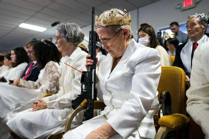 В церкви поклонников оружия состоялась массовая церемония бракосочетания / glavcom.ua