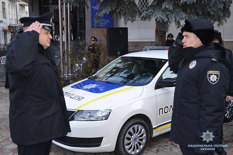 Поліцейські отримали ключі від нових автомобілів і одразу виїхали на патрулювання / фото Нацполіція України