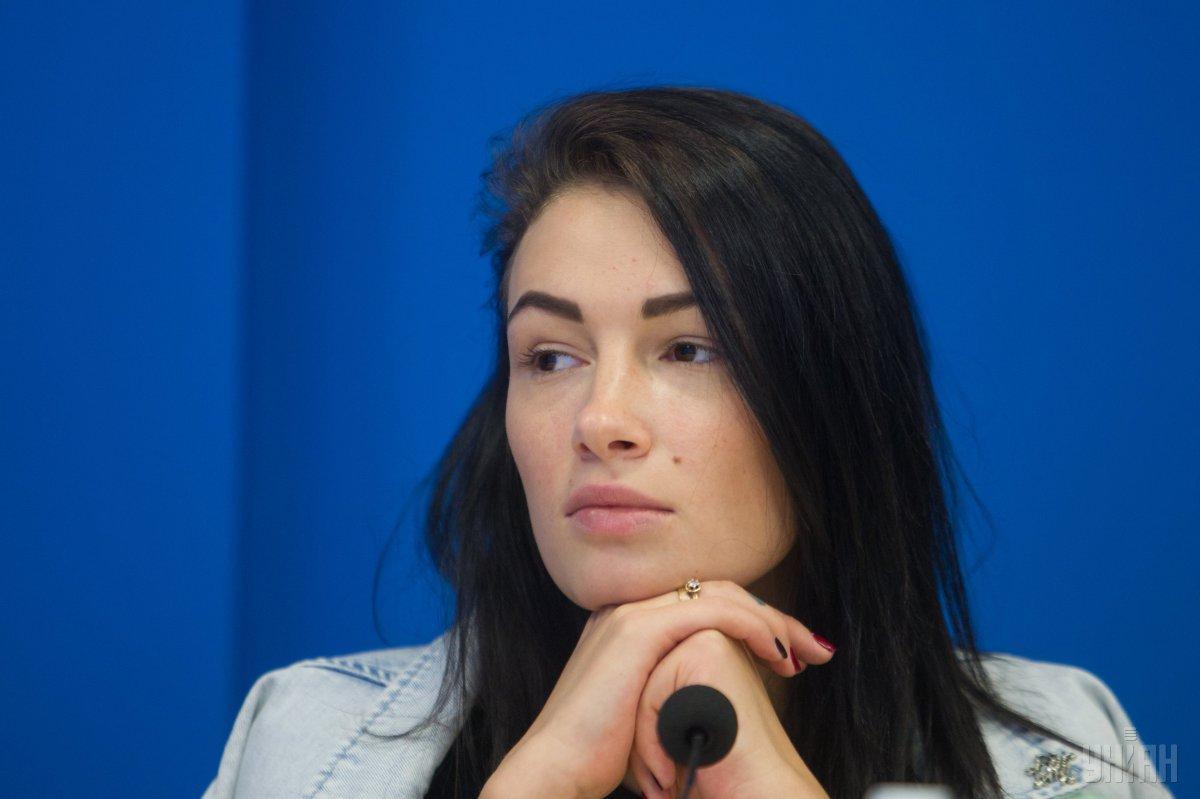 В видео Приходько поправляет макияж, прическу и пытается ознакомиться с текстом, написанным помощником / УНИАН