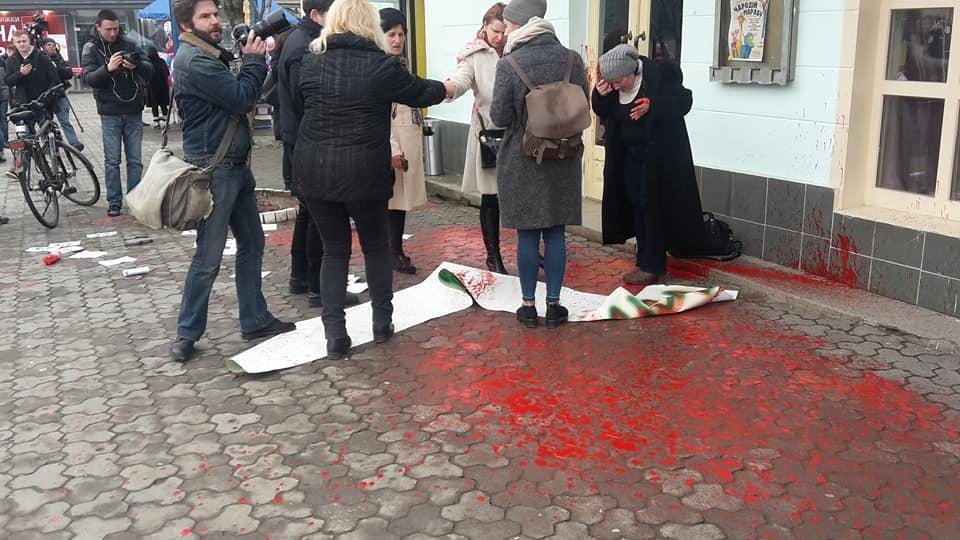 Ужгородських борців за права жінок облили фарбою / Facebook, Ярина Денисюк