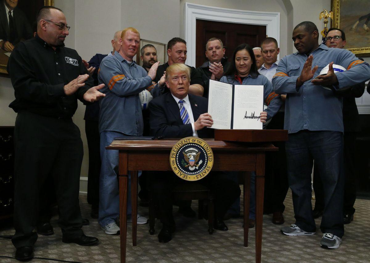 Дональд Трамп подписал документ о введении пошлин на импорт стали и аллюминия / REUTERS