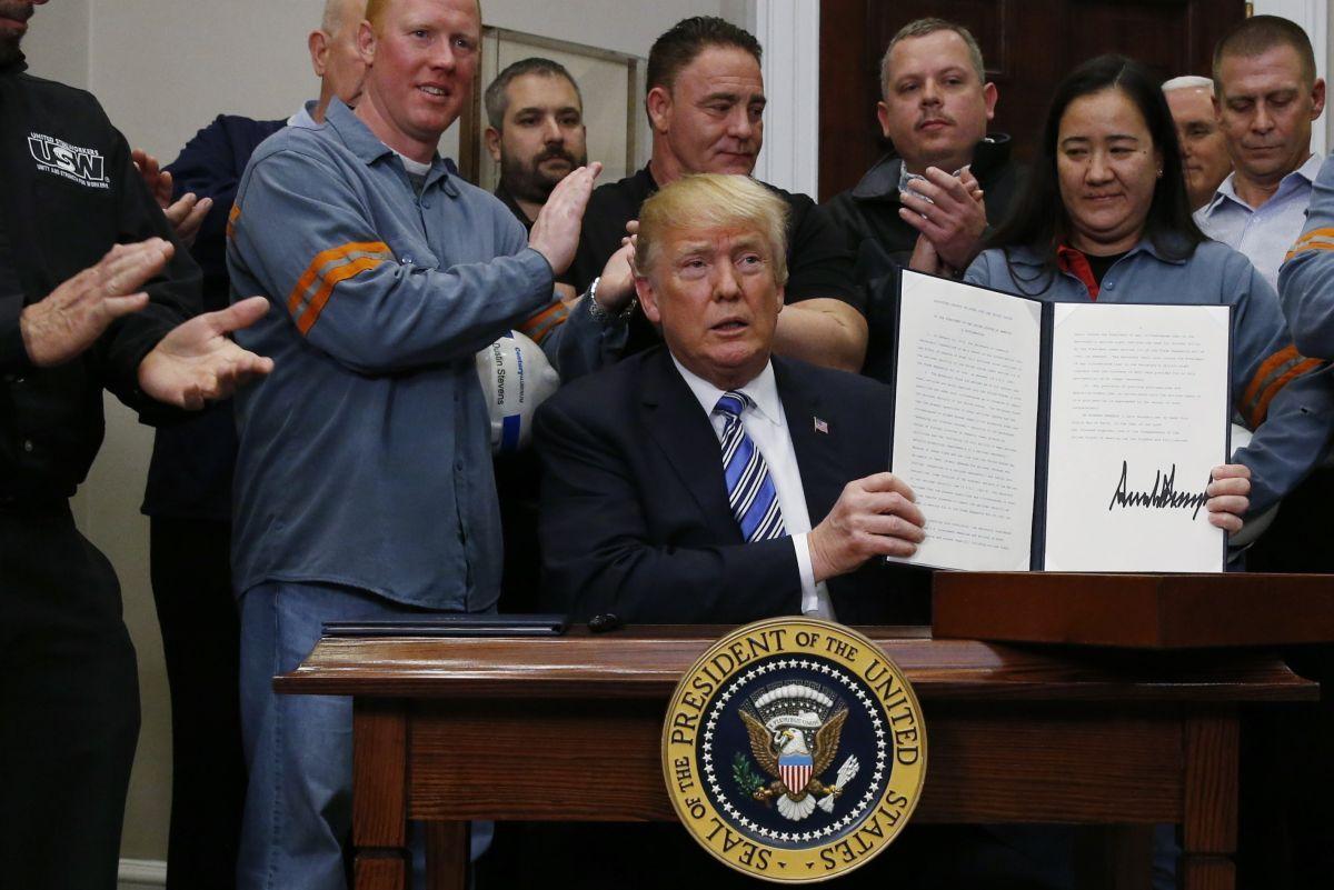 Дональд Трамп подписал документ о введении пошлин на импорт стали и алюминия / REUTERS