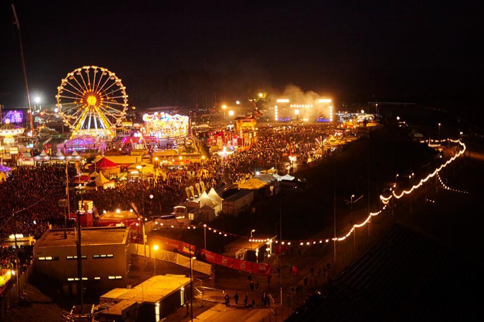 Організаторам фестивалів доводиться дивувати глядачів не лише музикою / Фото facebook.com/rockamring