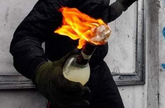 Бутылку с зажигательной смесью полиция изъяла