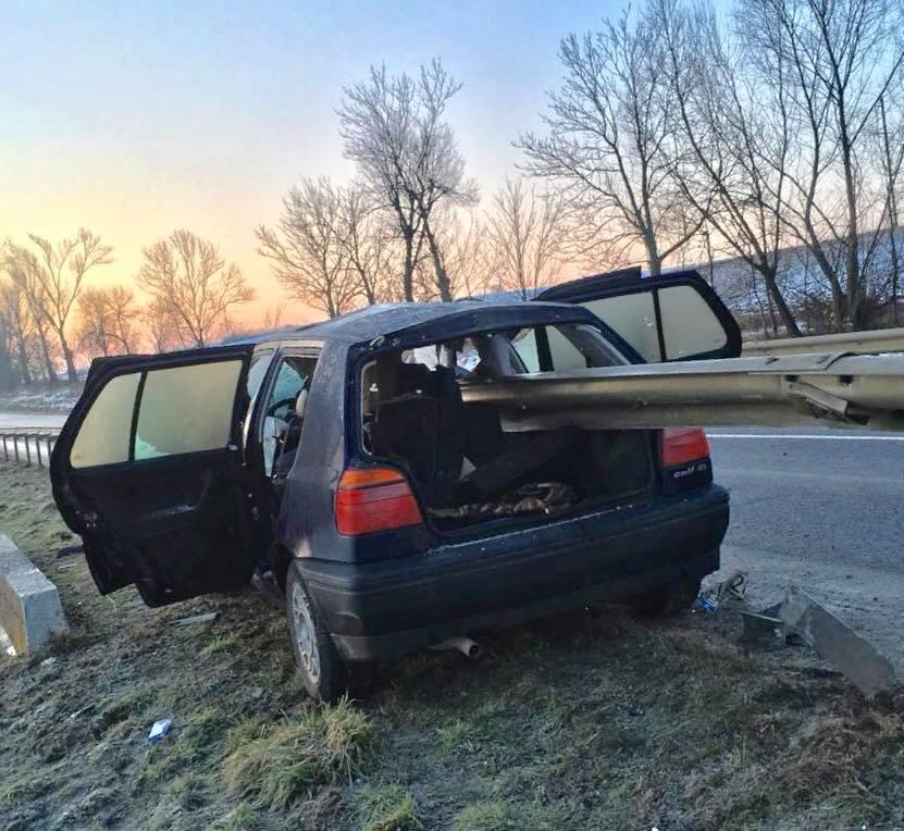 На Львовщине автомобиль насквозь пробило отбойником / фото facebook.com/igor.zinkevych