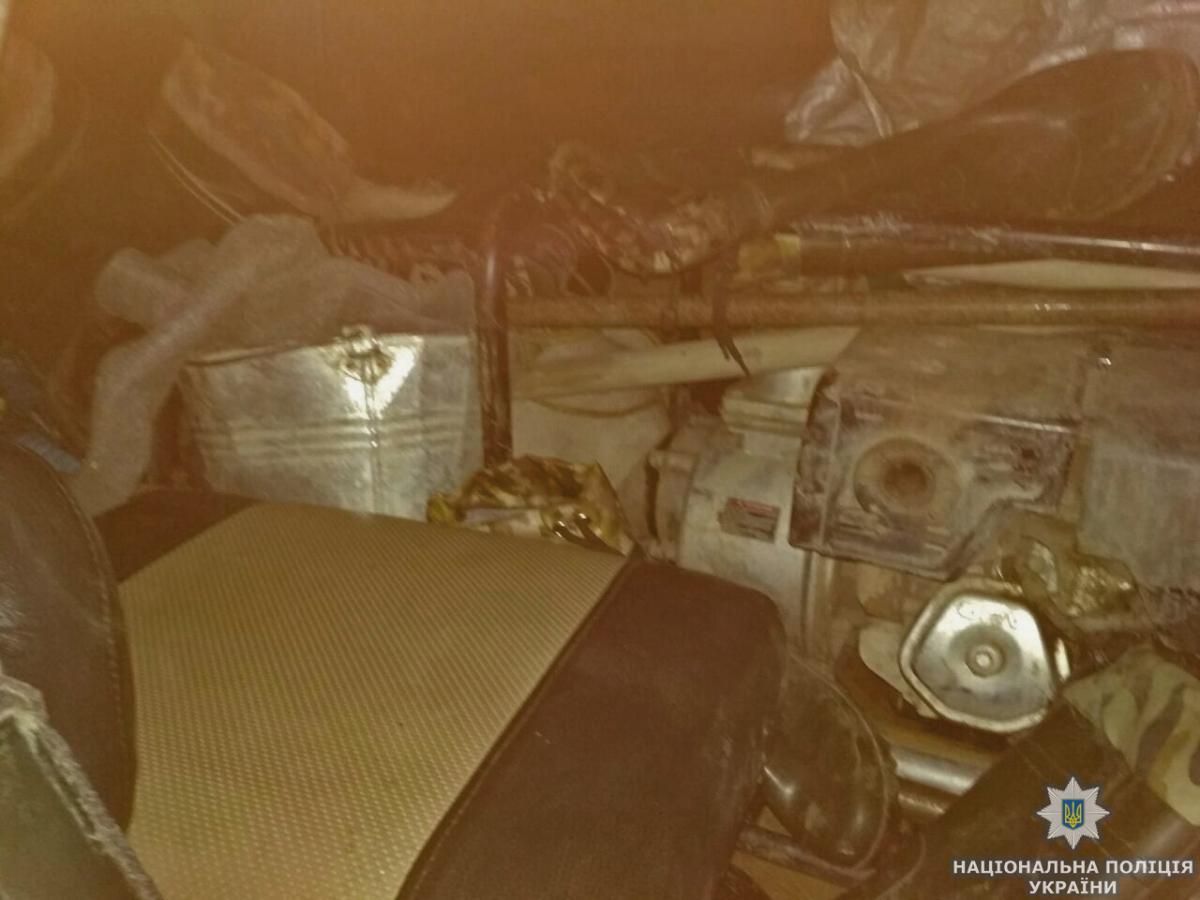 На Житомирщині поліція затримала копача бурштину, вилучивши у нього автомобіль та інше знаряддя / фото zt.npu.gov.ua