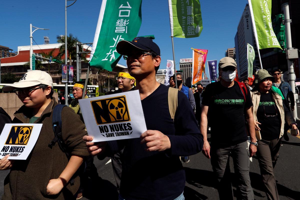 Демонстранты в Тайбэе / фото REUTERS
