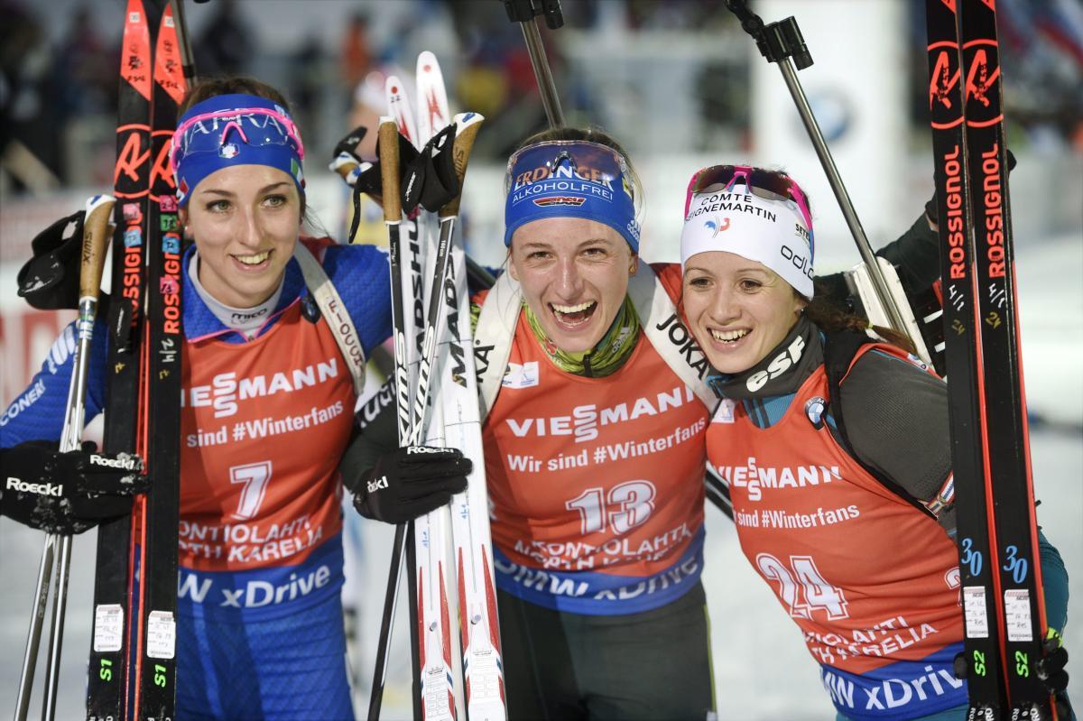 Ванесса Хінц (в центрі) виграла мас-старт / REUTERS