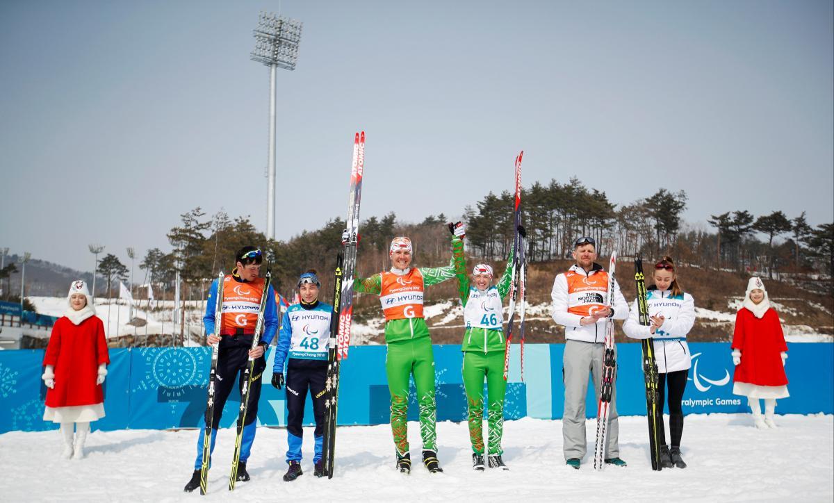 Оксана Шишкова (друга зліва) завоювала срібло в лижних гонках на Паралімпіаді-2018 / REUTERS