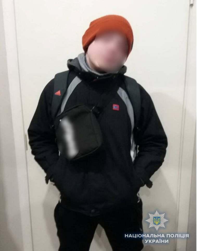 Він зрізав спеціальні магніти і виніс повз касу алкоголь / фото facebook.com/UA.KyivPolice