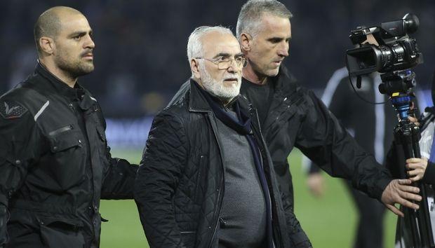 Власник клубу ПАОК Іван Саввіді (в центрі) погрожував розправою арбітру і керівникам суперника / sport24.gr