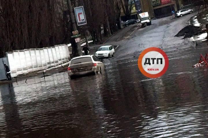 "У Дарницькому районі знайшли нове ""озеро"" / Facebook, dtp.kiev.ua"
